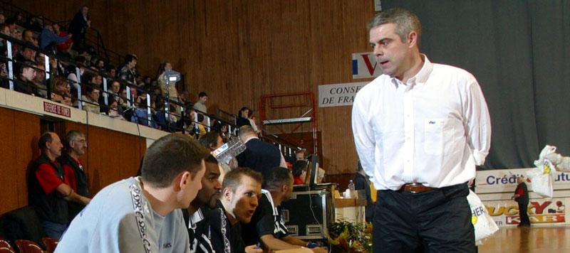 Sous les ordres de Thierry Anti, Johan Boisedu (sur le banc, caché par Dragan Pocuca ) a remporté la Coupe de la Ligue avec Créteil lors de la saison 2002-2003
