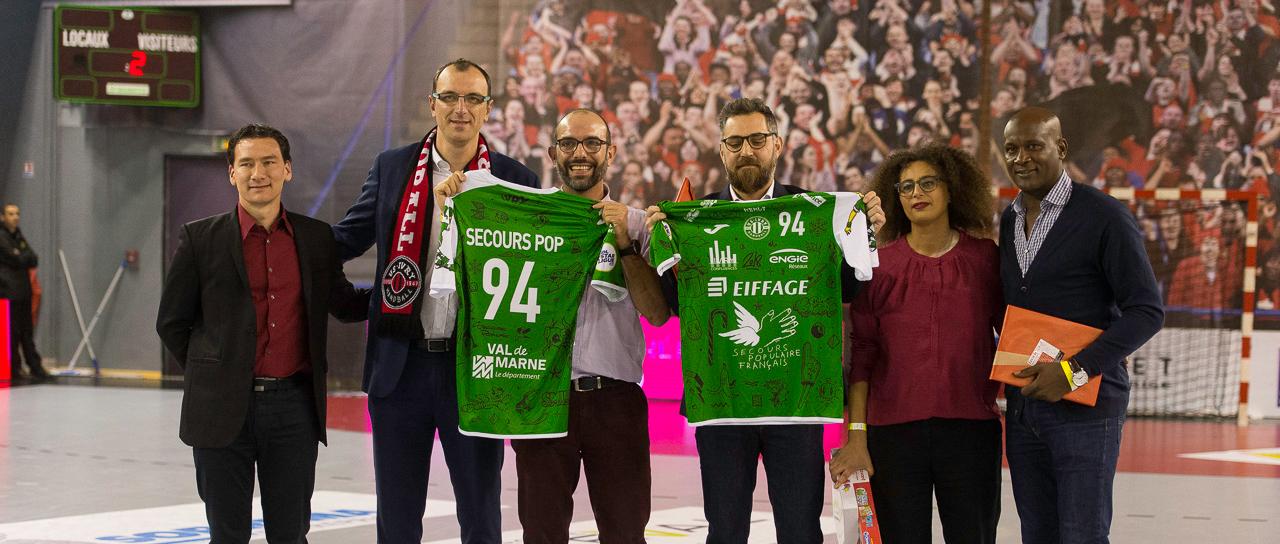 Avant la rencontre, François Lequeux, président d'Ivry (3ème en partant de la droite), a présenté le maillot en compagnie d'une délégation du Secours Populaire et d'Olivier Girault, le président de la LNH (à droite).